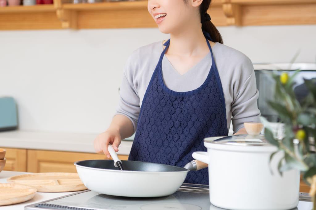 その姿に母性を感じる!料理女子に萌える男子多数
